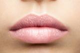 LIP CARE COLOUR  CHAMPAGNE | Glinsterende, glanzende koraalroze tint, perfect voor degenen die een lichtere lippenstift wensen_